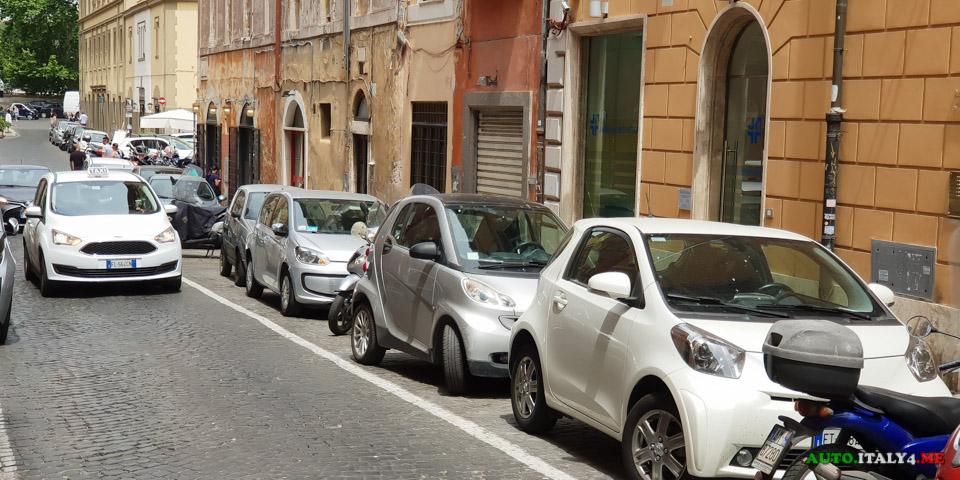 Разметка парковки в Италии - белая линия бесплатная