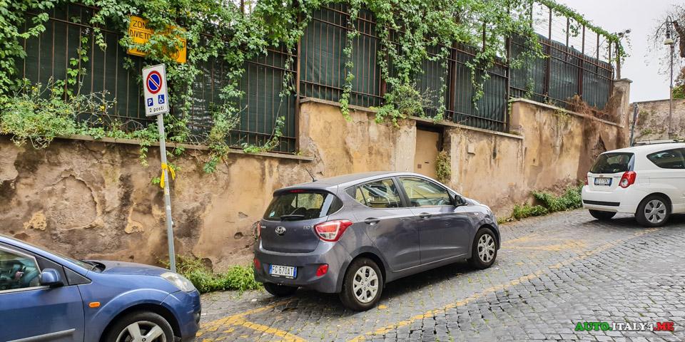 Разметка парковки в Италии -желтая линия для спецтранспорта и местных жителей