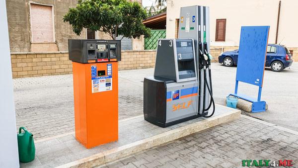Автомат оплаты топлива на заправке в Италии