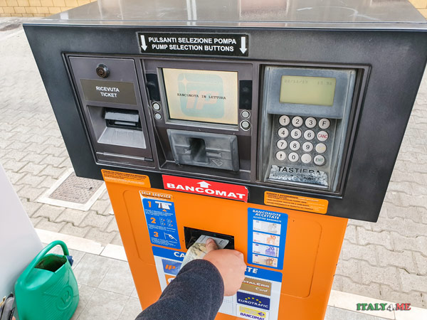 Оплата топлива наличными на автоматической заправке в Италии