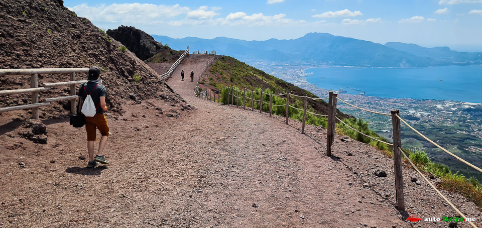 Тропинка вдоль кратера вулкана Везувий