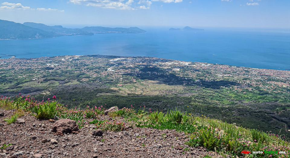 Вид с кратера вулкана Везувий на Амальфитанское побережье и остров Капри