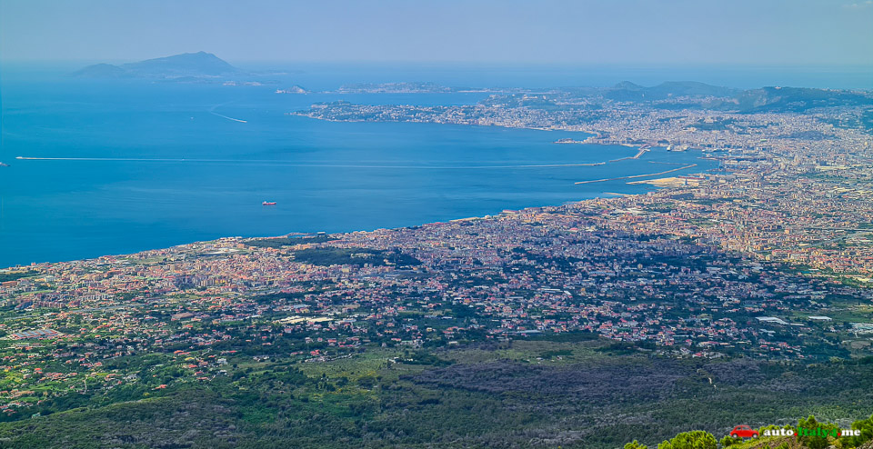 Вид на Неаполитанский залив с кратера вулкана Везувий
