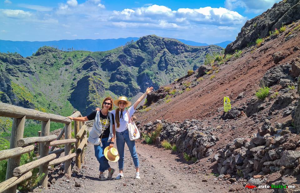 Туристы на вулкане Везувий в Италии