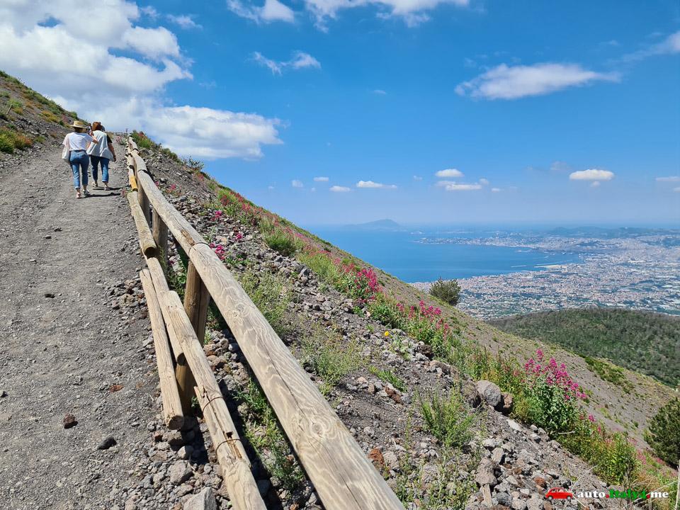 Туристы поднимаются на вулкан Везувий