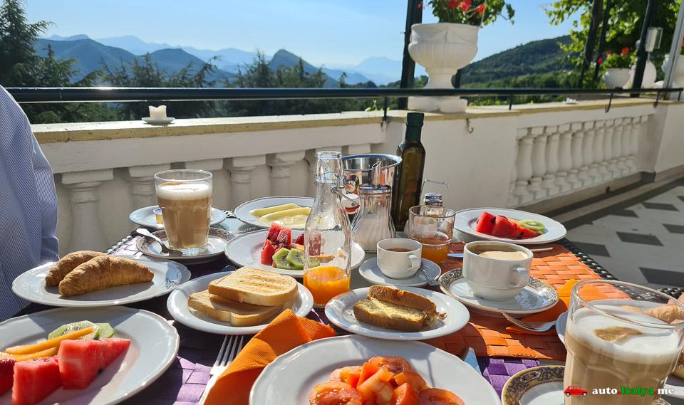 Завтрак в отеле на Амальфитанском побережье Италии