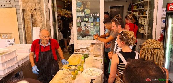 Синьор Андреа на рынке в Сиракузах готовит лучшие панини в мире